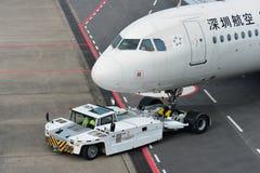 Shenzhen Airlines-Luchtbus A320 die terug bij Changi Luchthaven duwen royalty-vrije stock afbeeldingen