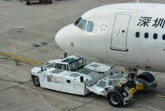 Shenzhen Airlines-Luchtbus A320 die terug bij Changi Luchthaven duwen royalty-vrije stock foto