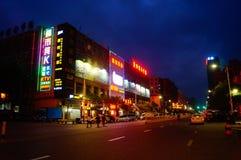 Shenzhen Baoan Avenue, in der Nachtlandschaft Lizenzfreies Stockfoto