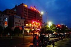Shenzhen Baoan Avenue, i nattlandskapet Arkivbild