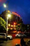 Shenzhen Baoan Avenue, i nattlandskapet Royaltyfri Foto
