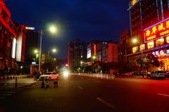 Shenzhen Baoan Avenue, i nattlandskapet Arkivfoton