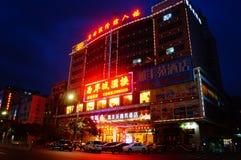 Shenzhen Baoan Avenue, i nattlandskapet Arkivfoto