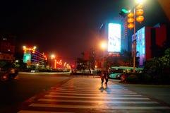 Shenzhen Baoan Avenue, i nattlandskapet Royaltyfria Foton