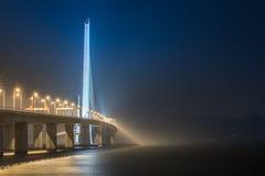 Shenzhen-Bucht-Brückennacht Stockfotos