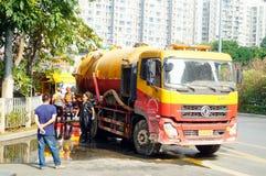Shenzhen, China: Abwassersaug-LKWs und -arbeitskräfte Stockfotos