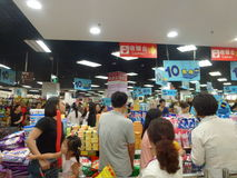 Shenzhen, China: actividad de la promoción de ventas del supermercado del eón Fotos de archivo
