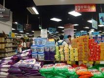 Shenzhen, China: actividad de la promoción de ventas del supermercado del eón Foto de archivo libre de regalías
