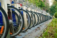 Shenzhen, China: as fileiras de bicicletas compartilhadas estacionaram no passeio Fotos de Stock Royalty Free