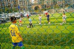Shenzhen, China: As habilidades básicas das crianças no treinamento do futebol Fotografia de Stock