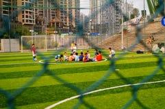 Shenzhen, China: As habilidades básicas das crianças no treinamento do futebol Imagem de Stock