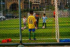 Shenzhen, China: As habilidades básicas das crianças no treinamento do futebol Imagens de Stock