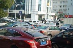 Shenzhen, China: Bürgersteig parkte das Auto Stockbilder