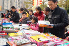 Shenzhen, China: buy books. Shenzhen Baoan Shopping Festival, people in the purchase of books Royalty Free Stock Images