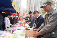 Shenzhen, China: buy books. Shenzhen Baoan Shopping Festival, people in the purchase of books Stock Photos