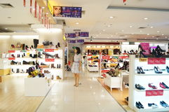 Shenzhen, China: buy shoes in shopping malls Royalty Free Stock Images