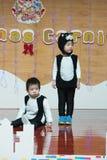 SHENZHEN, CHINA, 2011-12-23: Chinese jonge geitjes in katten` s kostuums perf Stock Foto's