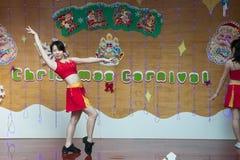 SHENZHEN, CHINA, 2011-12-23: Chinese perfo van kleuterschoolleraren Stock Fotografie