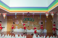 SHENZHEN, CHINA, 2011-12-23: Chinese perfo van kleuterschoolleraren Stock Foto's