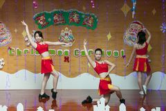 SHENZHEN, CHINA, 2011-12-23: Chinese perfo van kleuterschoolleraren Royalty-vrije Stock Foto