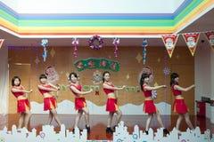 SHENZHEN, CHINA, 2011-12-23: Chinese perfo van kleuterschoolleraren Stock Afbeelding