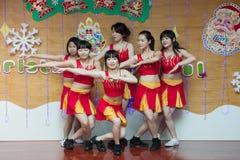 SHENZHEN, CHINA, 2011-12-23: Chinese perfo van kleuterschoolleraren Royalty-vrije Stock Afbeelding