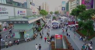 Shenzhen, China - circa marzo de 2018: muchedumbres de gente que cruza la calle metrajes
