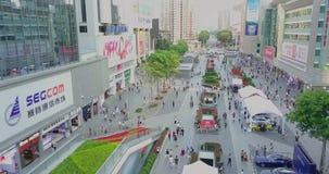 Shenzhen, China - circa marzo de 2018: muchedumbres de gente que cruza la calle almacen de video