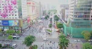 Shenzhen, China - circa marzo de 2018: muchedumbres de gente que cruza la calle almacen de metraje de vídeo