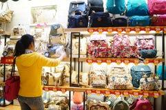 Shenzhen, China: compre bolsos Fotografía de archivo libre de regalías