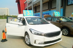 Shenzhen, China: de autoverkoop reclame beweert dat de nieuwe auto slechts 20 duizend yuans om zal zijn naar huis te drijven Royalty-vrije Stock Foto