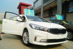 Shenzhen, China: de autoverkoop reclame beweert dat de nieuwe auto slechts 20 duizend yuans om zal zijn naar huis te drijven Stock Foto