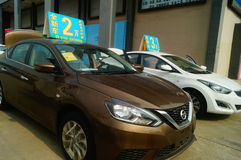 Shenzhen, China: de autoverkoop reclame beweert dat de nieuwe auto slechts 20 duizend yuans om zal zijn naar huis te drijven Royalty-vrije Stock Foto's