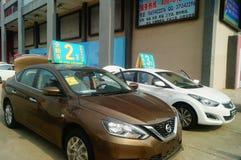 Shenzhen, China: de autoverkoop reclame beweert dat de nieuwe auto slechts 20 duizend yuans om zal zijn naar huis te drijven Stock Foto's
