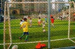 Shenzhen, China: De basisvaardigheden van kinderen in de opleiding van voetbal Royalty-vrije Stock Foto's