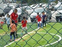 Shenzhen, China: De basisvaardigheden van kinderen in de opleiding van voetbal Stock Foto