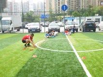 Shenzhen, China: De basisvaardigheden van kinderen in de opleiding van voetbal Stock Afbeelding