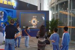 Shenzhen, China: De Chinese Maanactiviteiten van de de Voorlichtingsweek van de Onderzoeksprogrammawetenschap stock foto's