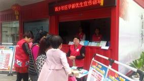 Shenzhen, China: de gemeenschap voert de publiciteitsactiviteiten van het pre-zwangerschapseugenese op de dag van vrouwen uit stock footage