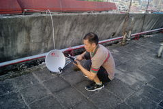 Shenzhen, China: de installatie van satelliettv-ontvanger Royalty-vrije Stock Foto's