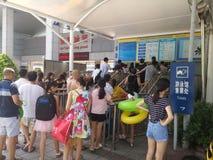 Shenzhen, China: de jongens en de meisjes gaan naar het zwembad kaartjes kopen en gaan zwemmend Royalty-vrije Stock Fotografie