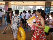 Shenzhen, China: de jongens en de meisjes gaan naar het zwembad kaartjes kopen en gaan zwemmend Royalty-vrije Stock Foto