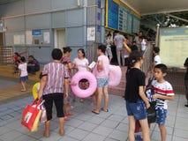 Shenzhen, China: de jongens en de meisjes gaan naar het zwembad kaartjes kopen en gaan zwemmend Royalty-vrije Stock Afbeelding