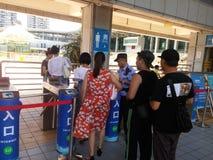 Shenzhen, China: de jongens en de meisjes gaan naar het zwembad kaartjes kopen en gaan zwemmend Royalty-vrije Stock Foto's