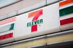 Shenzhen, China - 24 de junio de 2016: Seven Eleven es la estafa más grande Imágenes de archivo libres de regalías