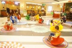 Shenzhen, China: de kinderen spelen Stock Afbeelding