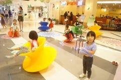 Shenzhen, China: de kinderen spelen Stock Foto's