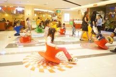 Shenzhen, China: de kinderen spelen Stock Afbeeldingen