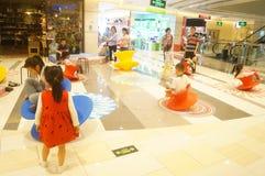 Shenzhen, China: de kinderen spelen Royalty-vrije Stock Afbeeldingen