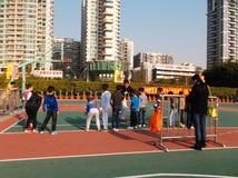 Shenzhen, China: de kinderen spelen basketbalkennis opleiding Royalty-vrije Stock Afbeelding